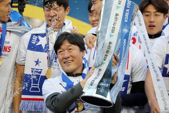 우승 직후 FA컵 트로피를 들어올리며 활짝 웃는 이임생 수원 삼성 감독. [뉴스1]