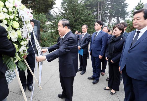 미국 샌프란시스코를 방문 중인 문희상 국회의장이 9일(현지시간) 프레시디오 국립공원에 있는 한국전 참전 기념비를 찾아 헌화하고 있다. [사진 국회]