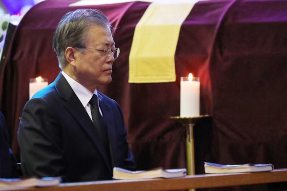 지난달 31일 부산 남천성당에서 열린 모친 고 강한옥 여사 장례미사에 참석한 문재인 대통령. [연합뉴스]