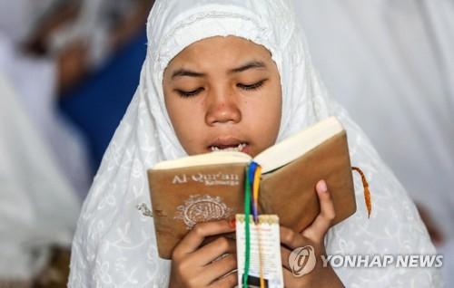 라마단 맞아 코란 읽는 인도네시아 학생. [EPA=연합뉴스]