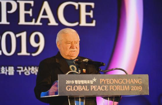 레흐 바웬사 전 폴란드 대통령이 지난 2월 9일 평창 알펜시아 컨벤션센터에서 개최된 '2019 평창평화포럼' 개회식에서 특별연설를 하고 있다. [연합뉴스]
