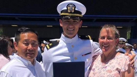 해군사관생도 출신인 노아 송(가운데), 아버지 빌, 어머니 스테이시. [ESPN 캡처]