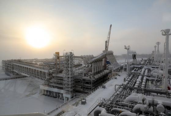 액화천연가스(LNG) 기지가 들어선 러시아 야말반도 사베타항에 LNG 수송선이 정박해있다. [TASS=연합]