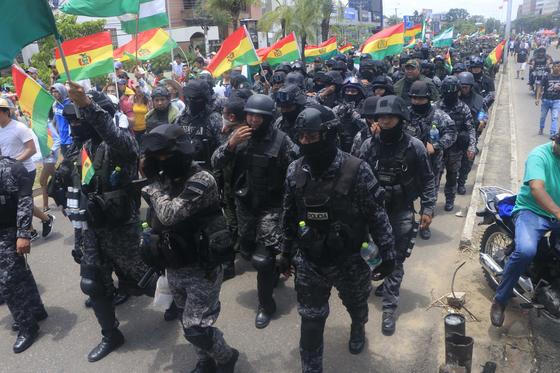 반정부 시위 중심지 산타크루스 경찰들이 9일 (현지시간) 시위대의 환호를 받으며 행진하고 있다. [EPA=연합뉴스]