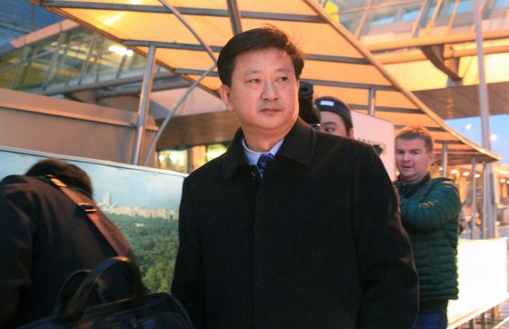 북한 외무성의 조철수 미국 국장이 '모스크바 비확산회의-2019'(MNC-2019) 행사 등에 참석하기 위해 5일(현지시간) 러시아 모스크바 셰레메티예보 국제공항에 도착해 터미널을 나서고 있다. [연합뉴스]