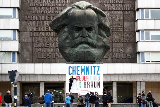 독일의 옛 동독지역인 켐니츠 시내에 있는 공산주의 창시자 카를 마르크스의 두상. 동독 시절 그의 이름을 따서 카를마르크스슈타트로 불렸던 이 지역은 베를린 장벽이 무너진 뒤 원래 이름으로 바뀌었다. 베를린 방벽으로 공산체제가 무너진 지 30년이 지난 지금 이곳은 극우파들의 단골 시위 현장으로 자리 잡고 있다. 통일의 감격이 현실의 무게로 바뀐 상징적인 장소가 됐다. [로이터=연합뉴스]