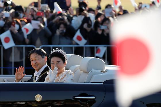 나루히토 일왕 부부가 10일 오후 도쿄에서 카퍼레이드를 하며 시민들에게 손을 흔들고 있다.[로이터=연합뉴스]