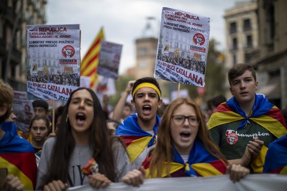 분리독립 지도자 구금에 항의해 바르셀로나 거리에 쏟아져 나온 청년들. [AP=연합뉴스]