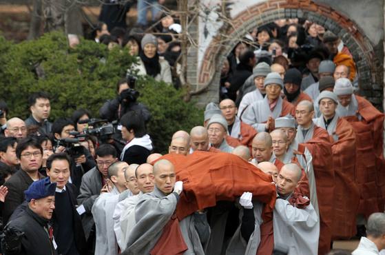 서울 성북구 길상사에서 관도 없고 수의도 짜지 않은 법정 스님의 운구를 옮기고 있다. [중앙포토]