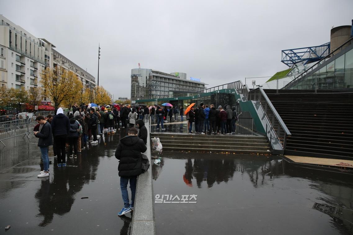 10일 오전 9시께 2019 롤드컵 결승전이 열리는 프랑스 파리 아코르호텔 아레나 앞의 모습. 권오용 기자