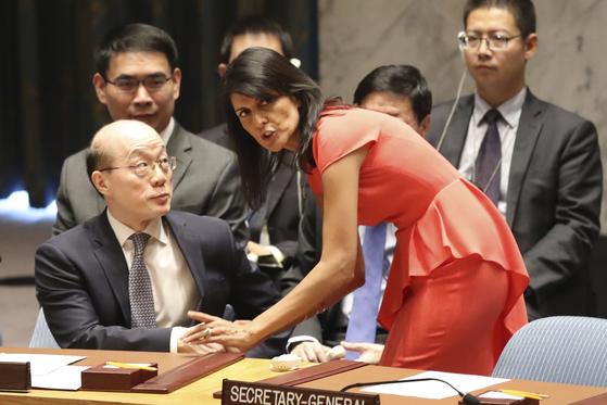 니키 헤일리가 주유엔 미국대사 시절 류제이 주유엔 중국 대사와 이야기를 나누고 있다. [AP=연합뉴스]