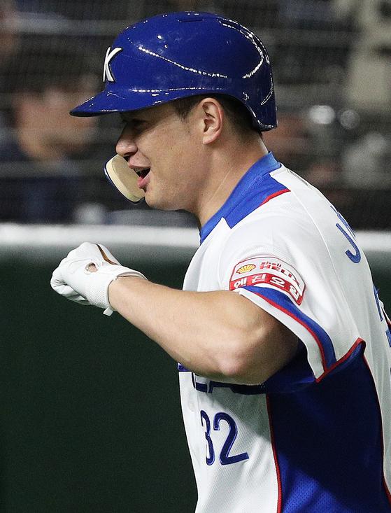 11일 오후 일본 도쿄돔에서 열린 2019 세계야구소프트볼연맹(WBSC) 프리미어12 슈퍼라운드 대한민국과 미국의 경기 1회말 2사 1,3루 상황에서 3점 홈런을 날린 대한민국 김재환. [뉴스1]