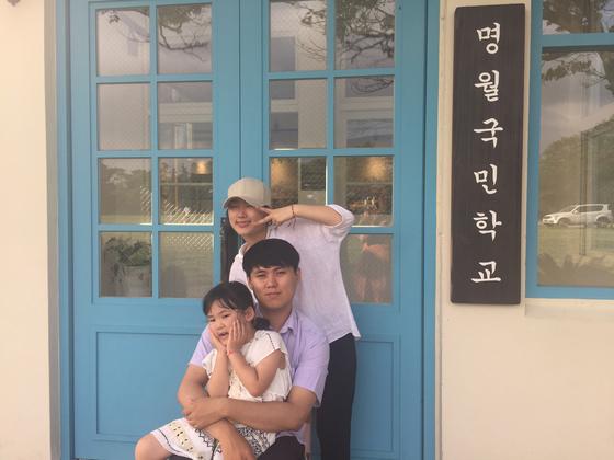 오랜만에 모인 세 남매 휘성, 어진, 은지가 제주 명월국민학교에서. [사진 배은희]