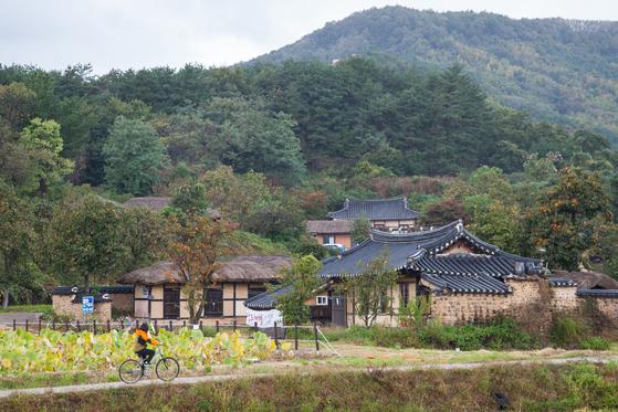 공유 자전거가 전국으로 확산하는 가운데 아예 공짜로 자전거를 빌려주는 지역도 있다. 강원도 고성군은 송지호와 화진포에서 자전거를 빌려준다. 송지호 둘레길에서는 왕곡마을도 다녀올 수 있다. 최승표 기자