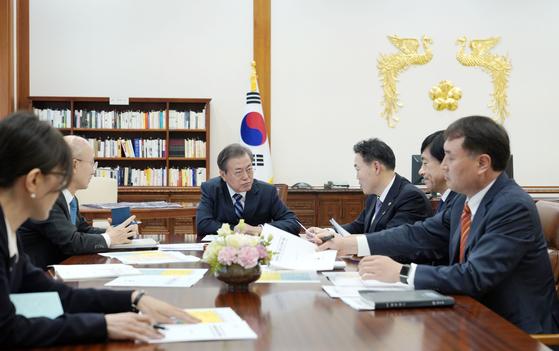 문재인 대통령이 8일 김오수 법무 차관으로부터 업무 보고를 받고 있다. [사진 청와대]