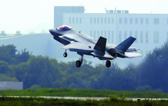 청주 공군기지에 착륙하는 스텔스 전투기 F-35A. 미국은 한국의 내년 방위비 분담금으로 올해의 5배인 50억 달러를 요구했다. 한국은 이번 기회에 자체 군사력을 증강해 대미 의존형 동맹에서 자립형 동맹으로 발전하는 게 바람직하다는 의견이 나오고 있다. [연합뉴스]
