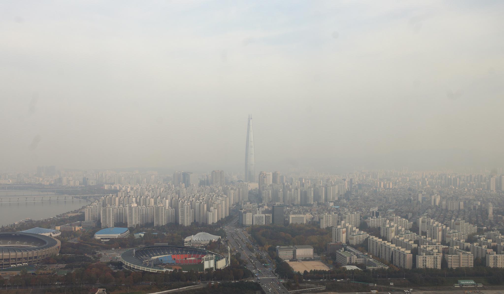 서울 송파구 일대에 짙게 깔린 미세먼지. [뉴스1]
