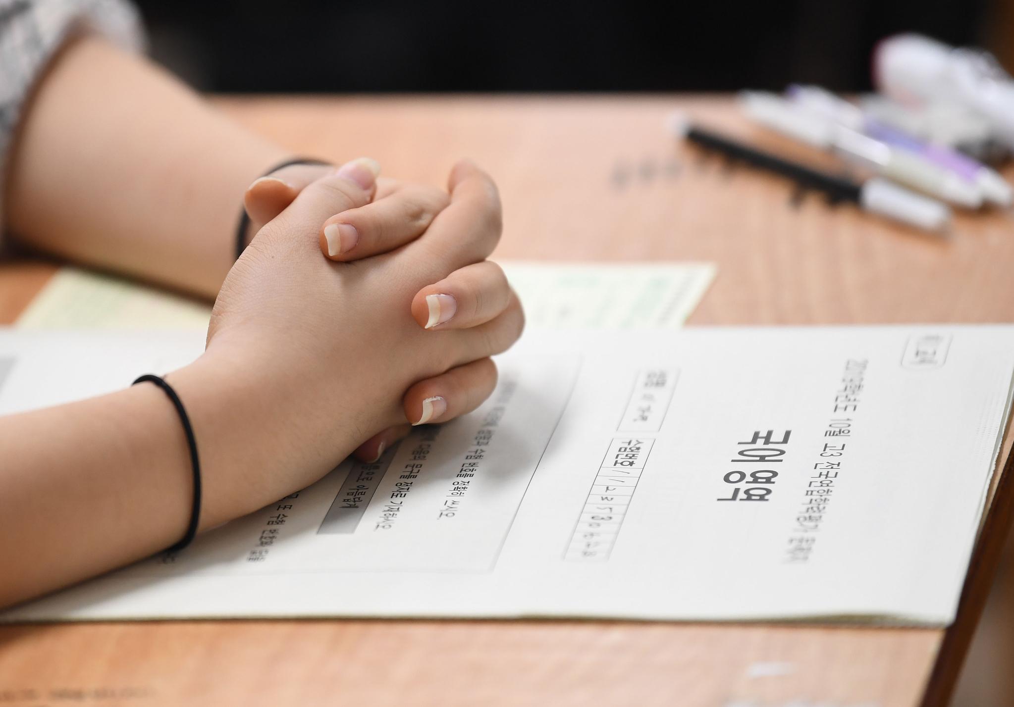 지난달 서울의 한 여고 3학년 학생이 2020학년도 대학수학능력시험 전 마지막 모의고사인 '전국연합학력평가' 진행을 기다리고 있다. [연합뉴스]