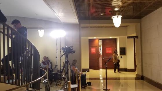 7일 도널드 트럼프 미국 대통령의 비공개 탄핵 조사가 진행중인 미 하원 지하 청문회장 앞에 기자들이 대기하고 있다. 정효식 특파원