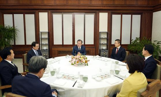 문재인 대통령이 10일 저녁 여야 5당 정당대표(더불어민주당·자유한국당·바른미래당·정의당·민주평화당)를 청와대 관저로 초청해 만찬을 함께 하며 이야기를 나누고 있다. [청와대 제공]