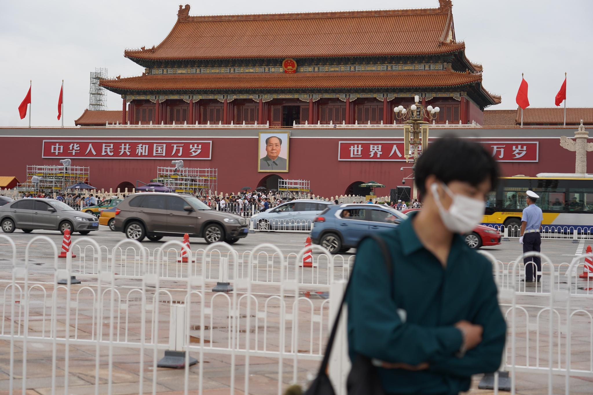 중국 베이징 천안문 광장에서 한 시민이 마스크를 쓰고 있다. [사진 유선욱]