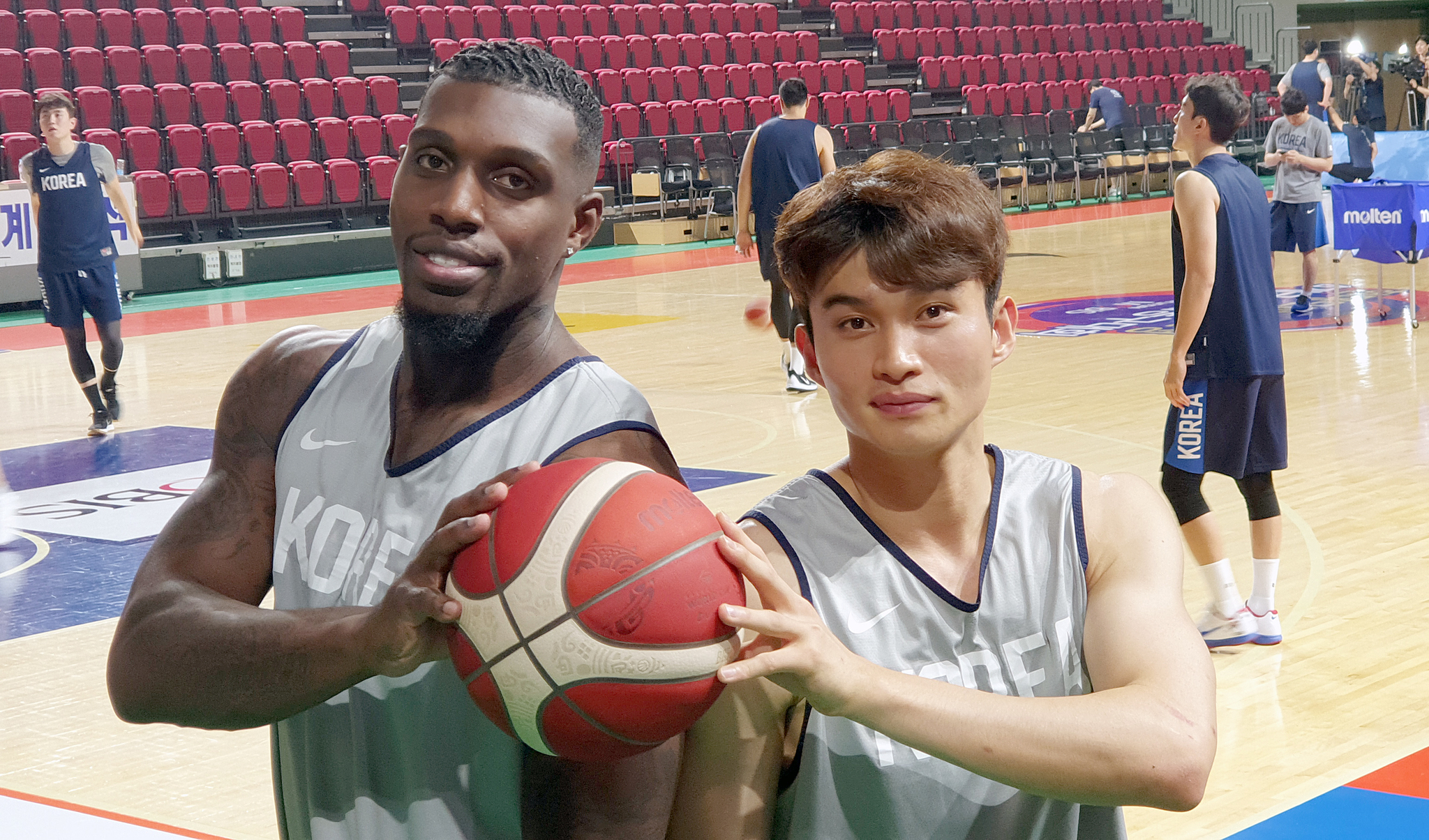 농구국가대표팀에서 호흡을 맞춘 이대성(오른쪽)과 라건아. 두 선수는 대형트레이드로 현대모비스를 떠나 KCC로 향한다. 강정현 기자