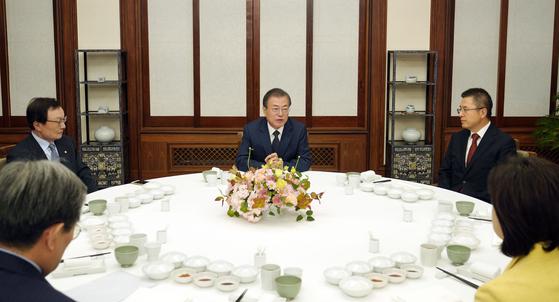 문재인 대통령이 10일 저녁 여야 5당 정당대표(더불어민주당·자유한국당·바른미래당·정의당·민주평화당)를 청와대 관저로 초청해 만찬을 함께 하며 이야기를 나누고 있다. [사진 청와대]