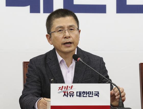 황교안 자유한국당 대표가 11일 국회에서 열린 최고위원회의에서 모두발언하고 있다. 임현동 기자