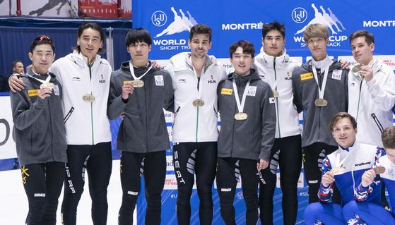 11일 쇼트트랙 월드컵 2차 대회 남자 5000m 계주에서 공동 우승한 한국과 헝가리 선수들. [AP=연합뉴스]