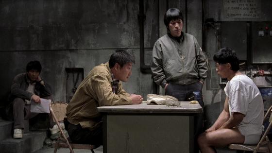 화성연쇄살인사건을 다룬 영화 '살인의 추억'에서 형사들이 용의자를 조사하는 모습. [중앙포토]