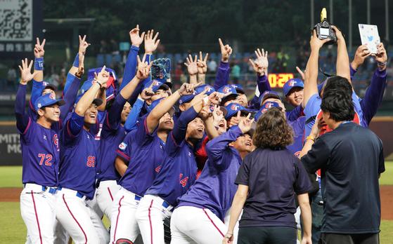 6일 프리미어12 베네수엘라전에서 승리한 뒤 기뻐하는 대만 선수들. [AFP=연합뉴스]