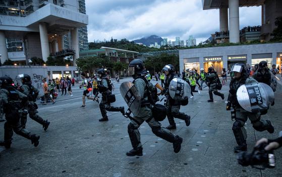 지난 1일 홍콩의 폭동진압 경찰이 시위대를 뒤쫓고 있다. [로이터=연합뉴스]