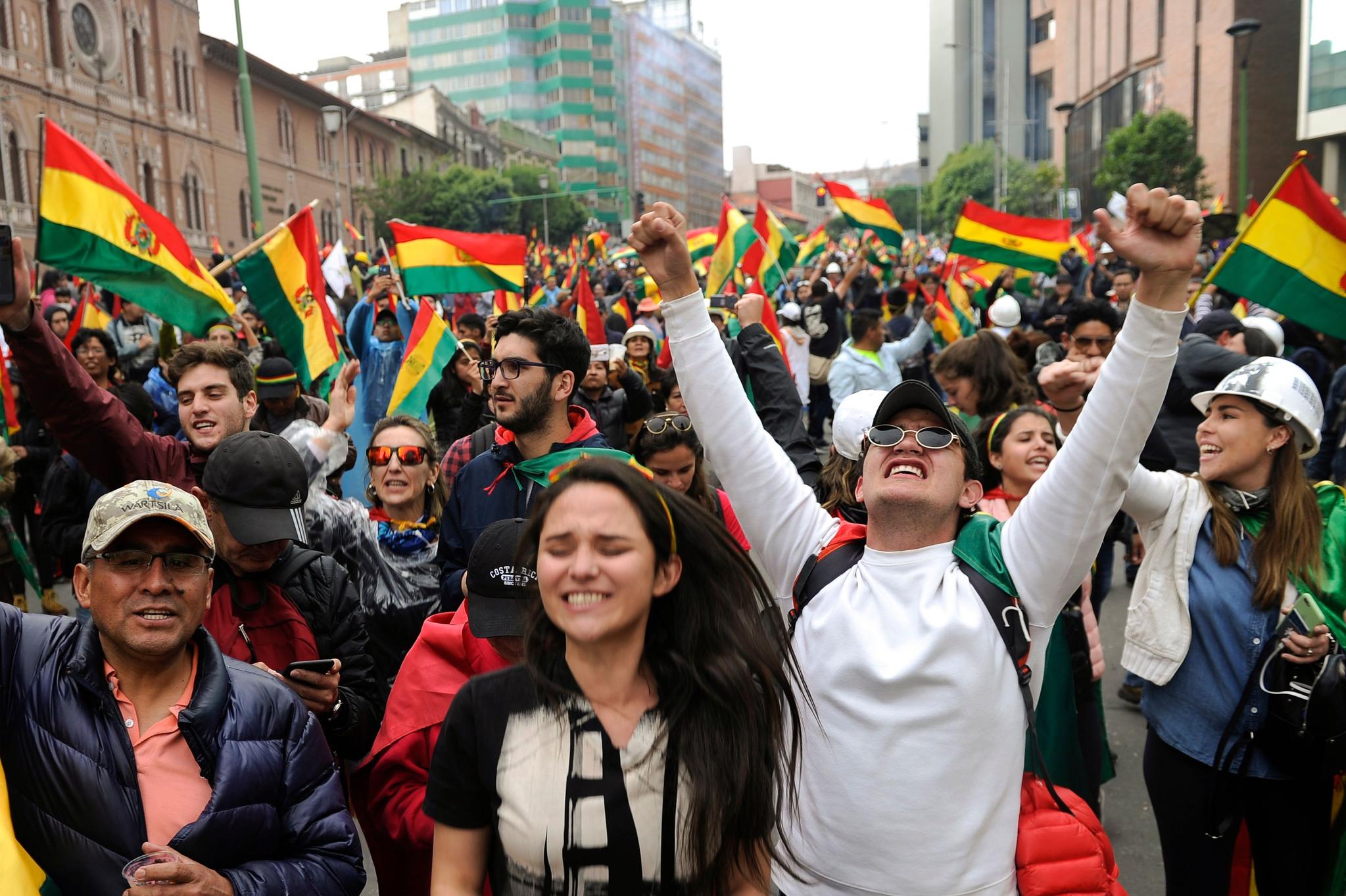 볼리비아 시민들이 10일(현지시간) 모랄레스 대통령의 사임 소식이 전해지자 라파즈 시내에 나와 기뻐하고 있다. [AFP=연합뉴스]