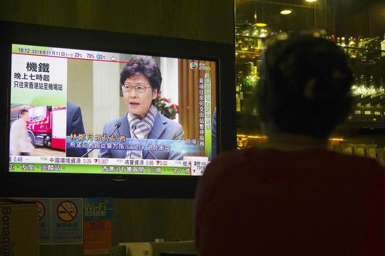 캐리람 장관이 11일 오후 6시(현지시간) 기자회견을 열어 폭력 시위에 강경 대응하겠다는 입장을 재차 밝혔다. [AP=연합]