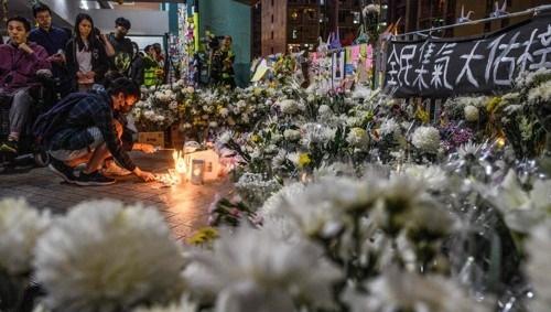지난 8일 홍콩 시민들이 시위현장 근처에서 추락사한 홍콩과기대학 2학년 학생 차우츠록을 추모하고 있다. [AFP=연합뉴스]