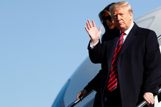 도널드 트럼프 미국 대통령이 지난 9일(현지시간) 대통령 전용기 에어포스원에서 내리고 있다.[로이터=연합뉴스]