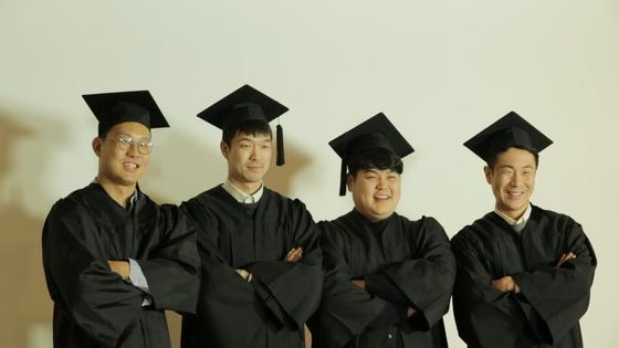 다큐멘터리 '졸업'에서 상지대가 정상화된 지난해 다같이 모여 졸업사진을 찍은 박주환 감독(맨 왼쪽)과 총학생회 동문들. [사진 시네마달]