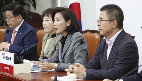 나경원 자유한국당 대표(오른쪽 둘째)가 11일 국회에서 열린 최고위원회의에서 모두발언하고 있다. 임현동 기자/20191111