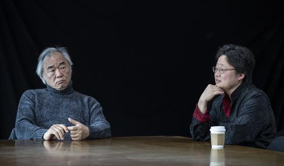 """피아니스트 백건우(왼쪽)와 딸 진희씨. 진희씨는 어머니 윤정희 배우의 알츠하이머 투병을 이야기하며 """"아버지의 극진한 간호와 사랑에 감사한다""""고 했다. 권혁재 사진전문기자"""