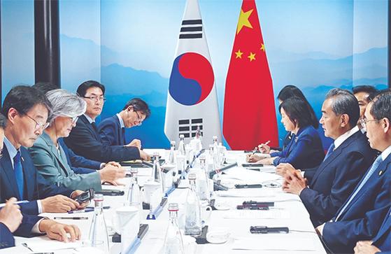 """지난 8월 중국 베이징에서 열린 '제9차 한·일·중 외교장관 회의'에서 강경화 외교부 장관(왼쪽 둘째)과 왕이(王毅) 중국 외교부장(오른쪽 둘째)이 회담을 하고 있다. 왼쪽은 장하성 주중 한국대사. 왕이 부장은 한·일 중재와 관련, '중국이 할 수 있는 게 있다면 하겠다""""고 말했다. [연합뉴스]"""
