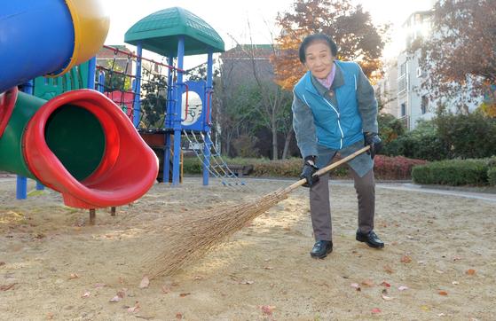 지난 8일 이삼추 할머니가 집 근처 삼정어린이 공원에서 빗자루로 낙엽을 쓸고 있다. 프리랜서 김성태