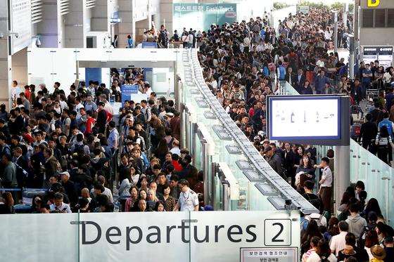 해외 여행객들로 붐비는 인천공항 출국장. [중앙포토]