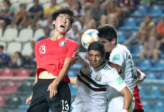 멕시코와 U-17 월드컵 8강전에서 헤딩 슈팅을 시도하는 김륜성(맨 왼쪽). [연합뉴스]