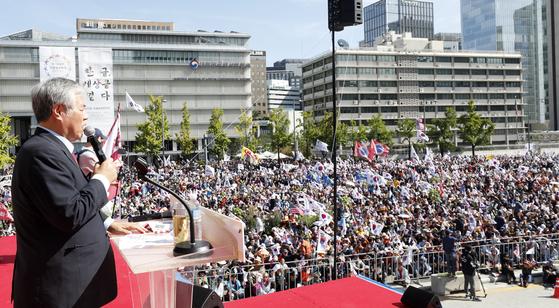 지난달 9일 오후 서울 광화문 광장 일대에서 열린 문재인 하야 범국민투쟁본부 '대한민국 바로세우기 국민대회'에서 전광훈 목사가 기도하고 있다. [뉴스1]