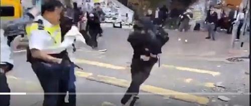 홍콩 경찰이 쏜 실탄에 맞아 쓰러지는 시위대. [SCMP 캡처=연합뉴스]