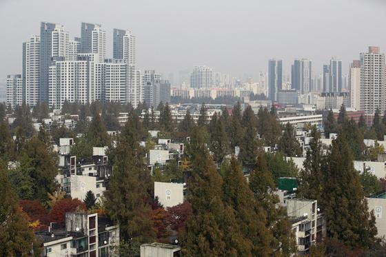 분양가 상한제 적용 지역으로 지정된 서울 서초구 반포동. 사진 아래가 재건축을 추진 중인 반포주공1단지이고 위로 왼쪽 고층 아파트가 3.3㎡당 1억원까지 거래된 아크로리버파크다. 반포동 상한제 분양가가 3.3㎡당 4000만원 정도로 예상된다. [뉴스1]