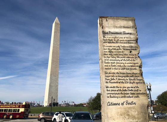 지난 9일(현지시간) 미국 워싱턴DC의 워싱턴 기념탑 인근에 독일 시민단체 '열린사회'가 트럼프 대통령에게 보낸 베를린 장벽 조각이 세워져 있다. [AFP=연합뉴스]
