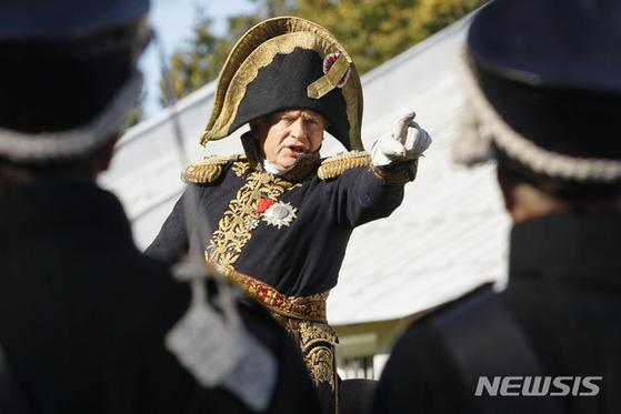 사진은 2012년 나폴레옹의 착장을 재현한 채 보르디노(Borodino)전투 기념행사에 등장한 소콜로프 교수. [AP=뉴시스]