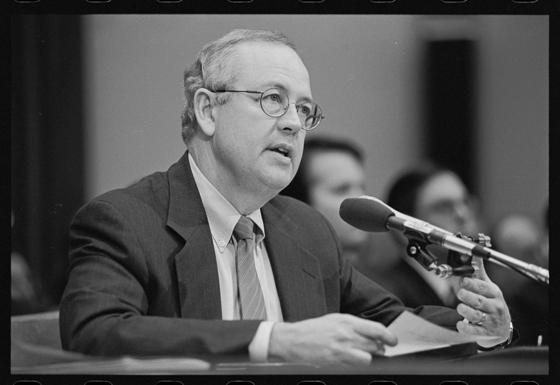 1998년 11월 17일 미 하원 법사위 클린턴 탄핵조사 청문회에서 케네스 스타 특별검사가 증언하고 있다. [미 의회도서관]