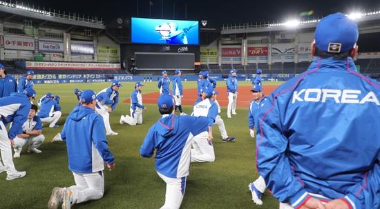 지난 10일 프리미어12 슈퍼라운드에 진출한 한국 야구대표팀 선수들이 지바 조조 마린스타디움에서 열린 훈련에서 스트레칭하며 몸을 풀고 있다. 연합뉴스 제공